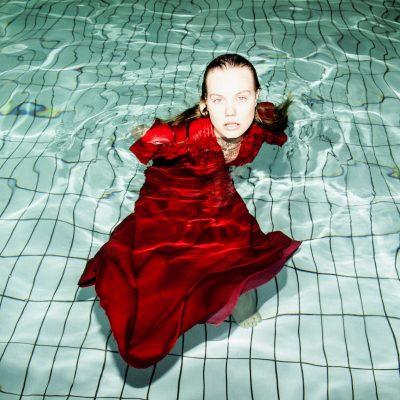 Spinnup-Entdeckung Lxandra läutet mit Swimming Pools den Sommer ein